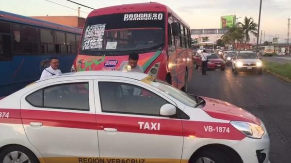 Urbanos y taxistas desatan guerra por el pasaje en Veracruz Puerto