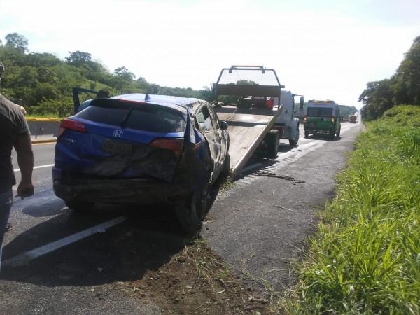 Vuelca auto en autopista de Acayucan; dos lesionados