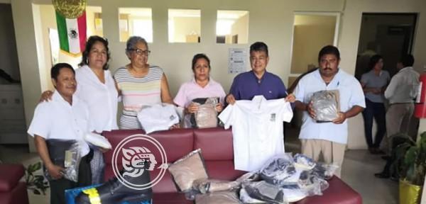 Entrega Saúl Reyes uniformes nuevos a policías y sindicalizados