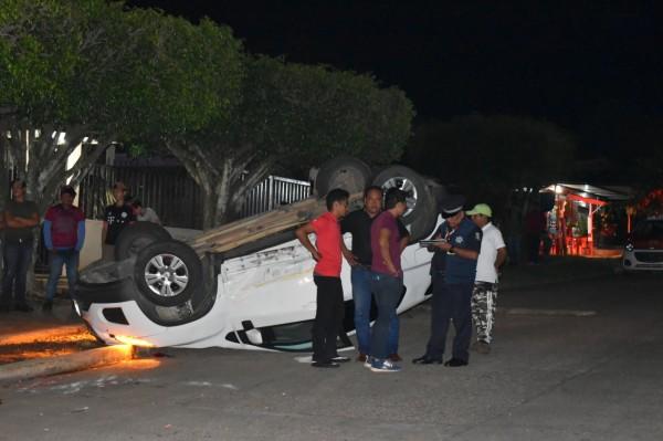 Choque y volcadura entre taxi y camioneta en Acayucan