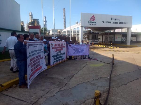 Se manifiestan petroleros en Minatitlán por falta de pagos