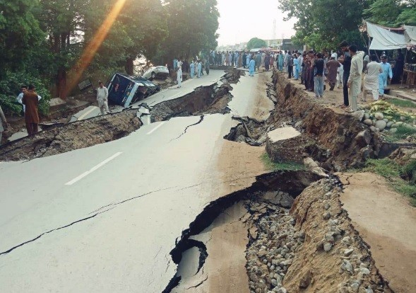Terremoto de 5.8 grados deja al menos 32 muertos y 450 heridos en Pakistán