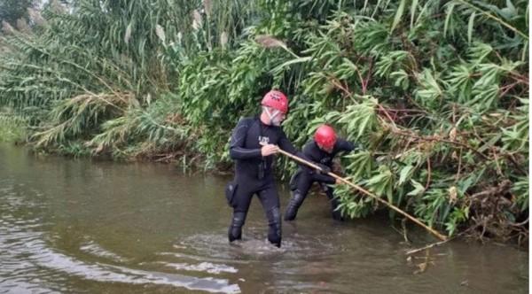 En España, padre adolescente arroja al río a su bebé