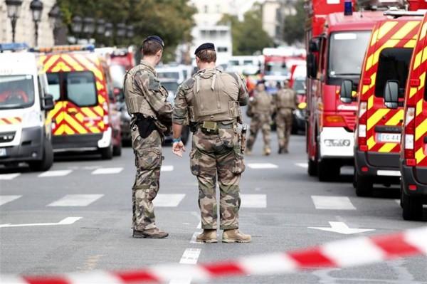 Ataque con cuchillo contra policías en París deja cuatro muertos