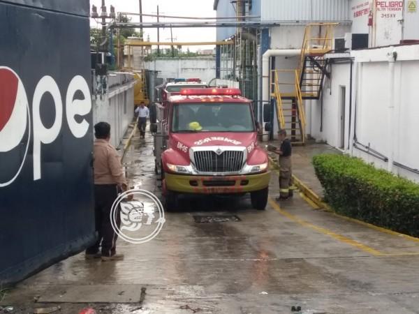 Fuerte incendio en Minatitlán al interior de embotelladora