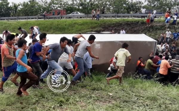 Vacían tráiler volcado en límites de Veracruz y Tabasco