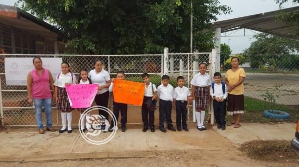 Toman primaria en comunidad de Acayucan por falta de maestros