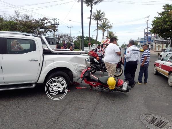 Motociclista se fractura pierna al chocar contra camioneta