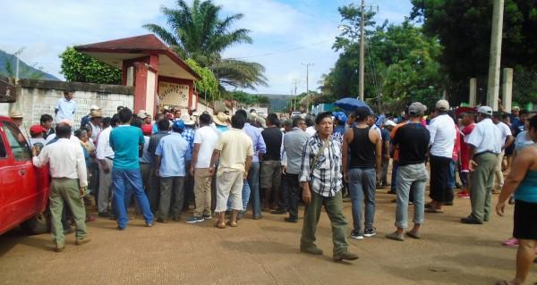Habitantes cierran accesos de Pajapan y toman primaria