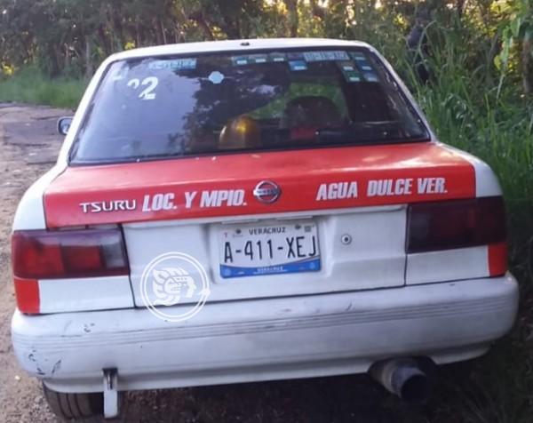 Abandonan taxi con manchas de sangre en Agua Dulce