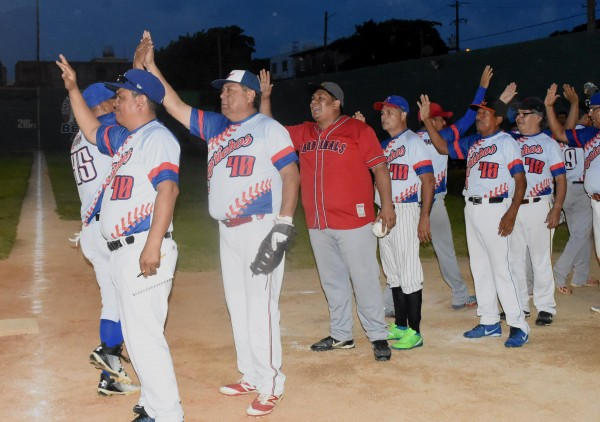 Caprichos aventaja en las semifinales del softbol porteño