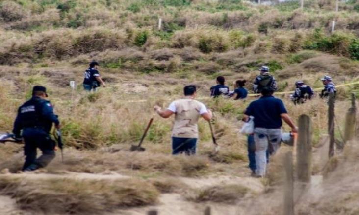 Hallan 36 credenciales en fosas de Veracruz y Solecito revela nombres