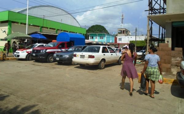 Transportistas obstruyen calles céntricas de Tatahuicapan