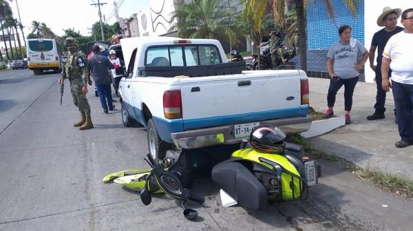 Derrapa su motocicleta y cae debajo de camioneta
