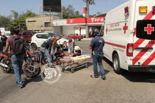 Choca automóvil contra motocicleta; un lesionado