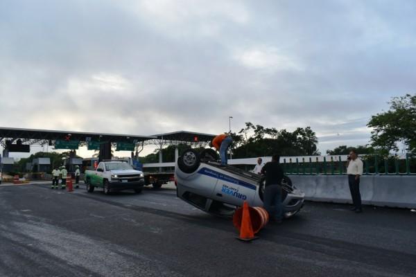 Volcadura cerca de la caseta de Acayucan; conductor herido