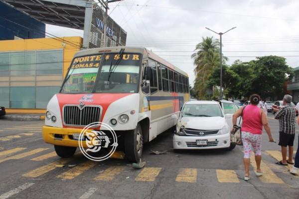 En Veracruz, urbano ocasiona choque en avenida 20 de Noviembre