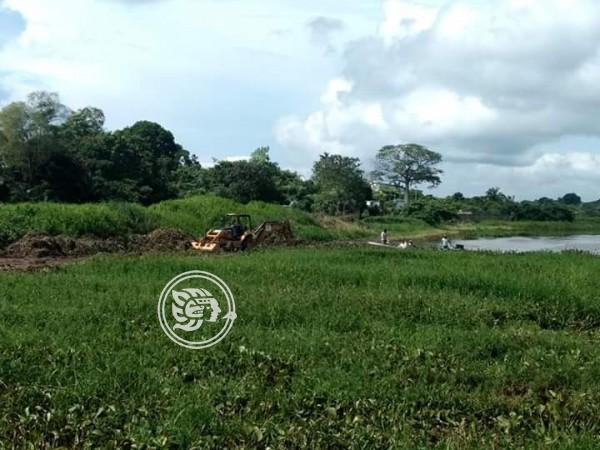 Aceite de ducto dañado contamina arroyo en Las Choapas