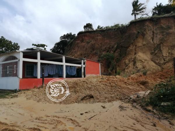 Se deslava un cerro en orillas del río en Nanchital