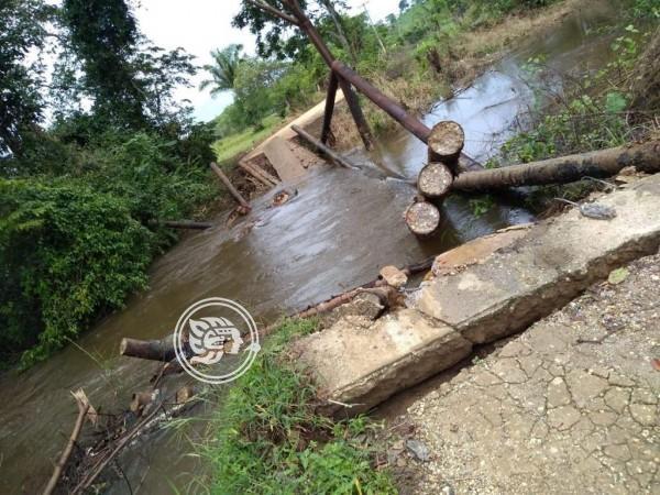 Se arriesgan pobladores para salir de comunidad de Minatitlán