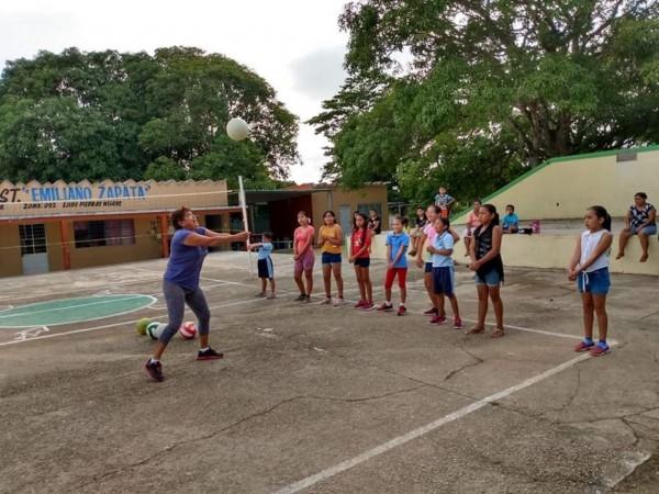 Promotores deportivos forman nuevos valores de voleibol en Agua Dulce