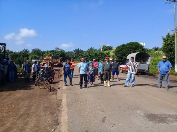 Habitantes bloquean carretera Chinameca-Soteapan
