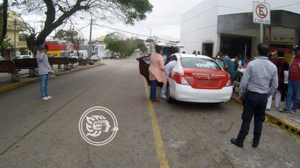 Rumbo al hospital, nace bebé en un taxi de Coatzacoalcos