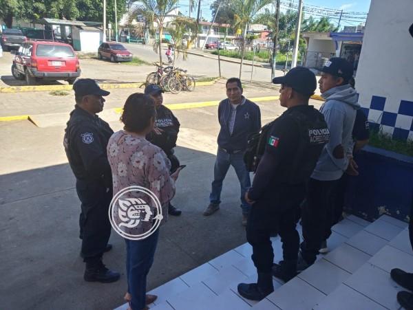 Acusan policías de Atoyac despido injustificado; toman comandancia