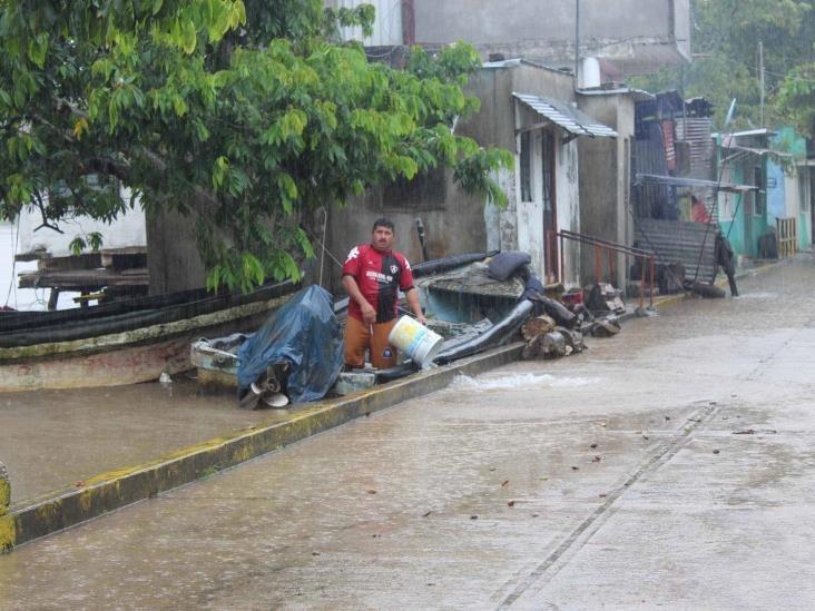 Se desborda río en frontera de Veracruz y Tabasco; choapenses salen en cayucos