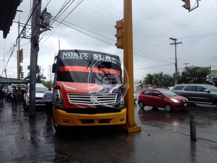 Se impacta urbano contra semáforo en calles de Veracruz