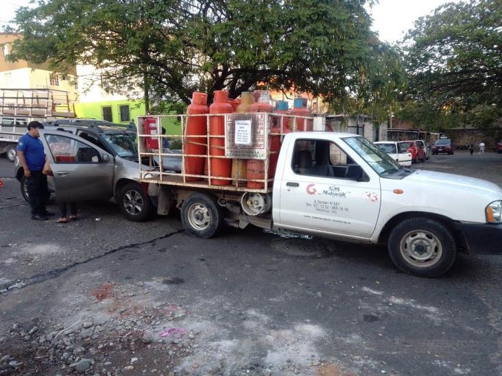 Familia choca con camioneta de gas en Veracruz