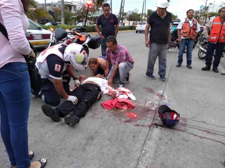 Motociclista resulta lesionado al impactarse con taxi