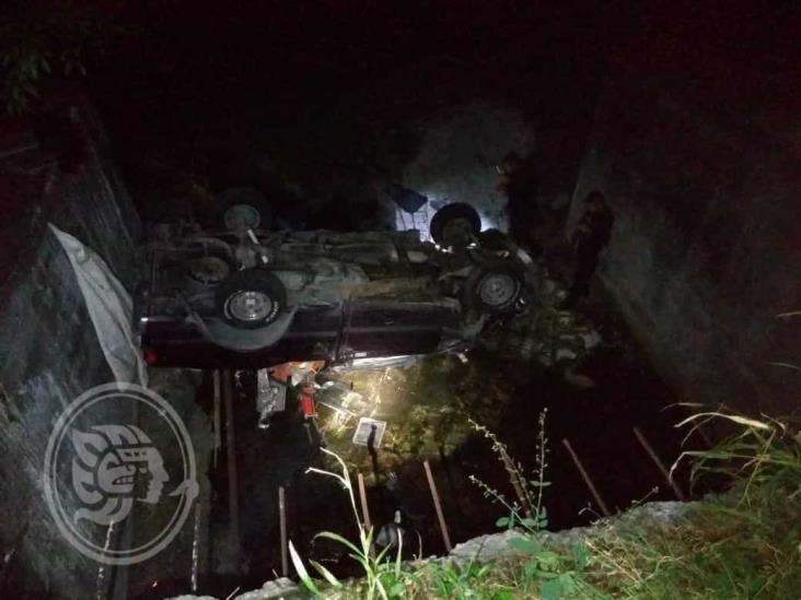 Camioneta cae a barranco de 5 metros de altura; dos personas resultan lesionadas
