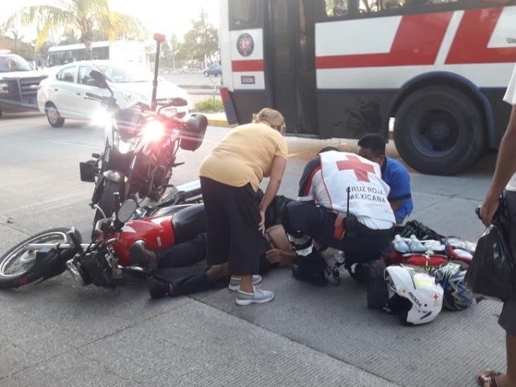 En calles de Veracruz, autobús impacta a motociclista