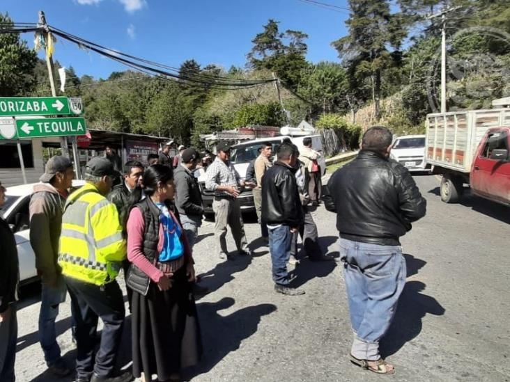 Bloquean la Orizaba-Zongolica; acusan falta de energía eléctrica