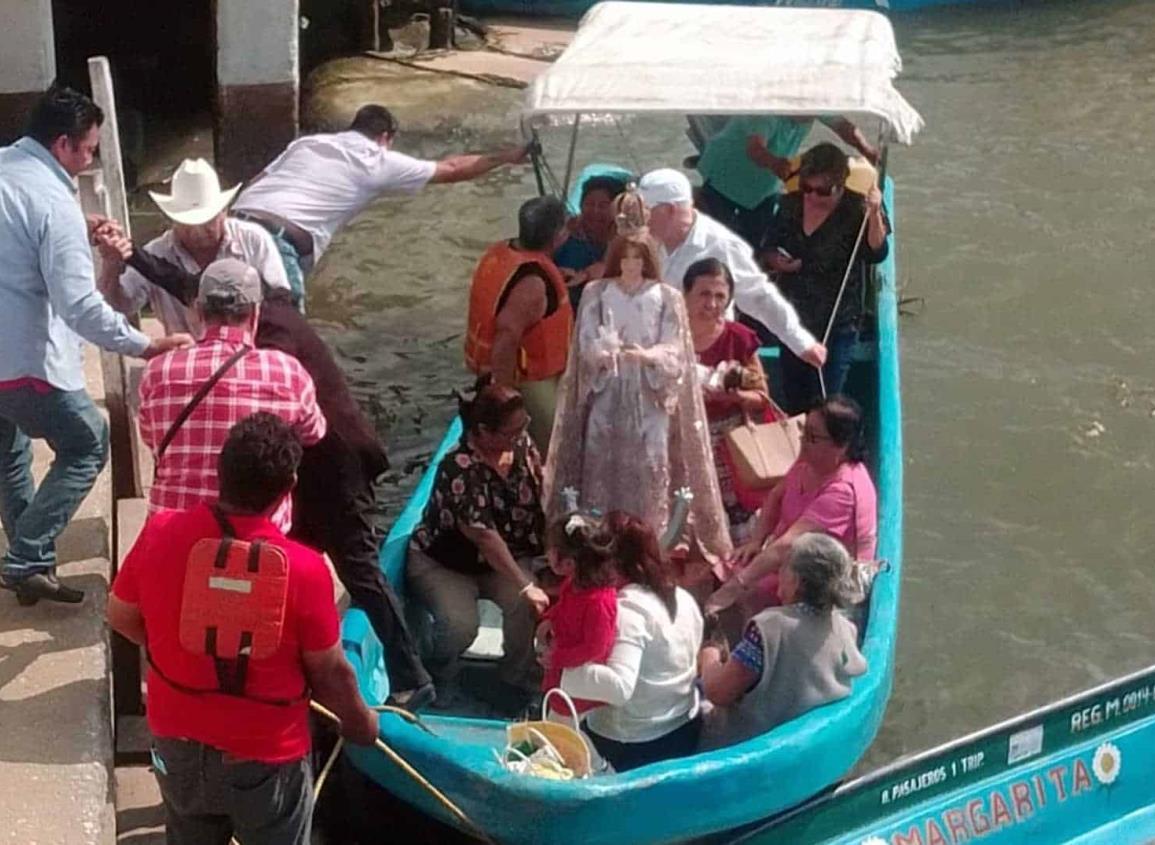 """Pasean a """"la virgen peregrina"""" en el río Coatzacoalcos"""