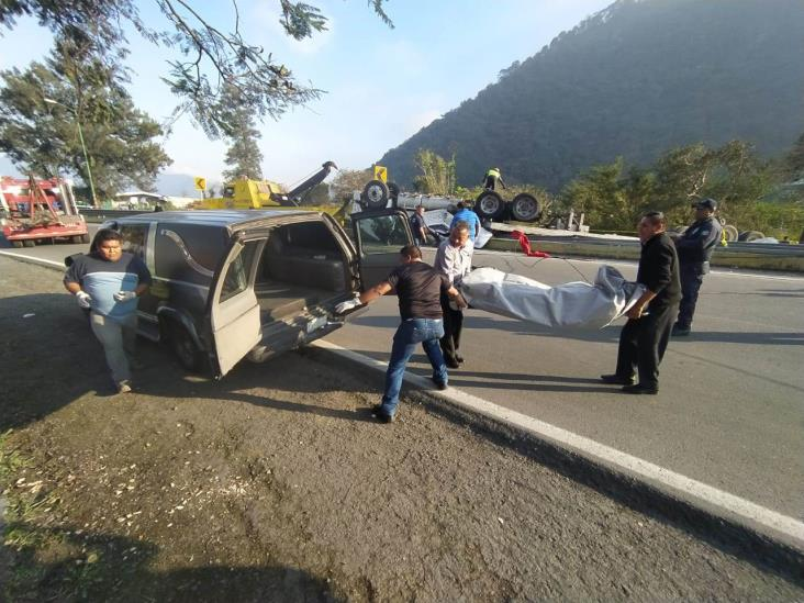 Fallece operador de tráiler en volcadura, en Huiloapan