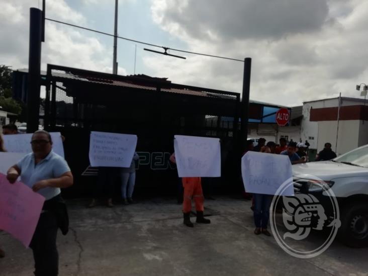 Bloquean accesos a Pemex en Poza Rica; acusan adeudos