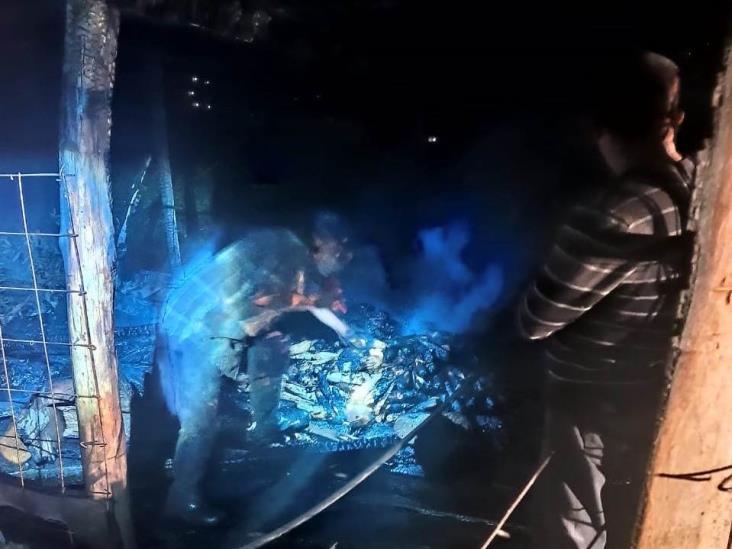 Incendio consume humilde vivienda en Mixtla