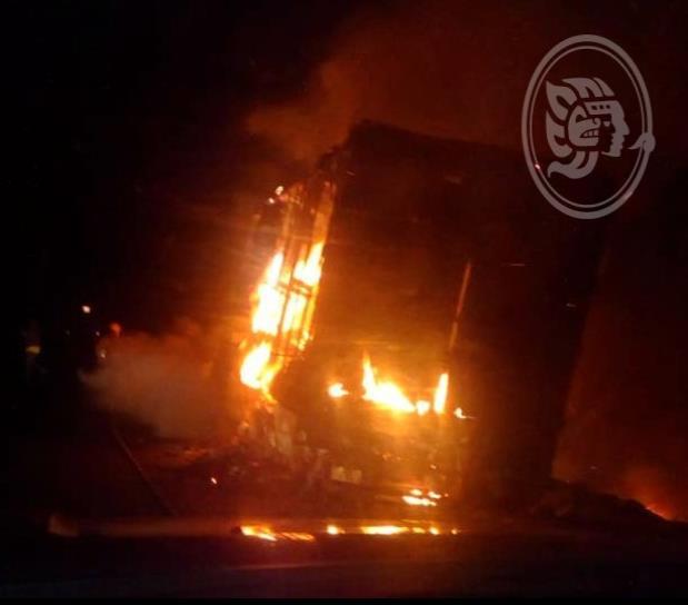 Se incendia camión con pollos sobre autopista Cosamaloapan-La Tinaja