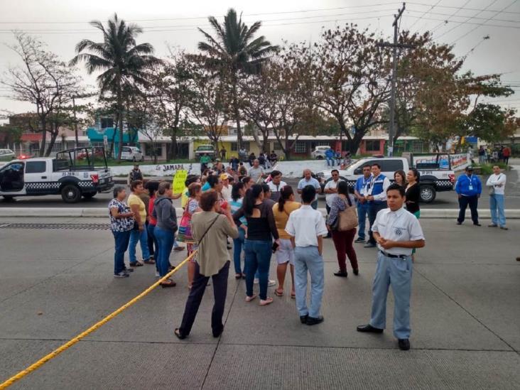 Mantienen bloqueos en secundarias de Veracruz