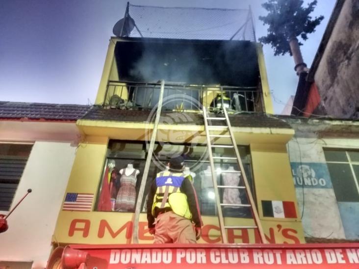 Se incendia bodega de ropa americana en Río Blanco