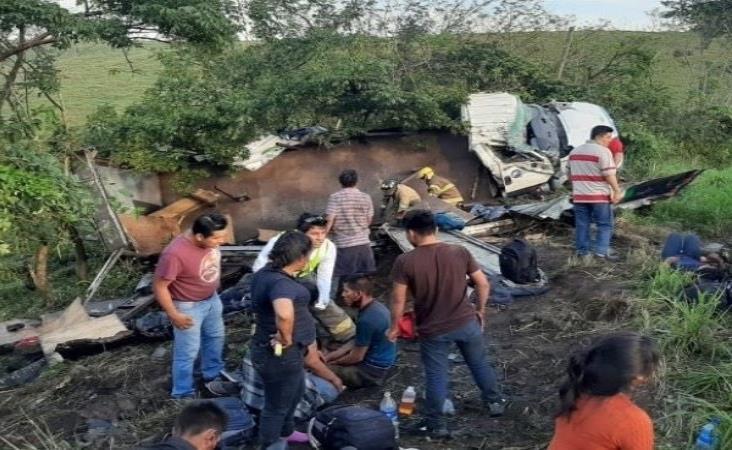 Vuelca camión con migrantes en Los Tuxtlas; un fallecido