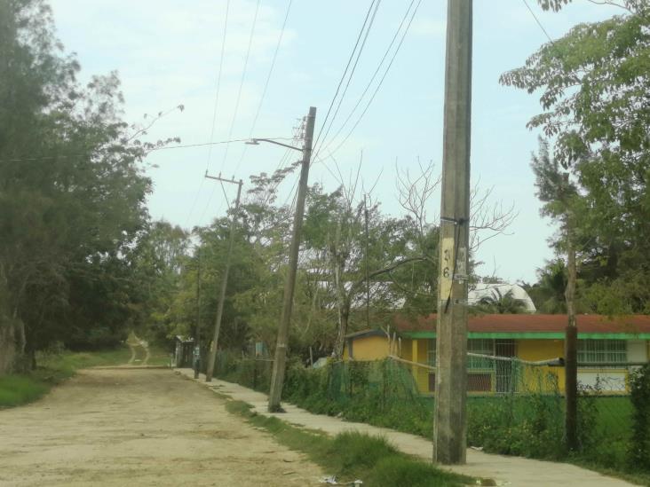 Escuelas en Tuxpan padecen hasta de pésimos accesos