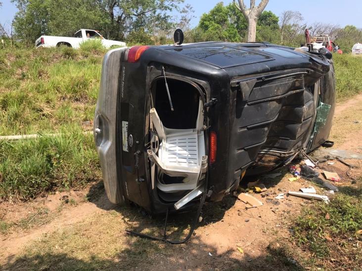 Abandonan camioneta volcada en los Gavilanes