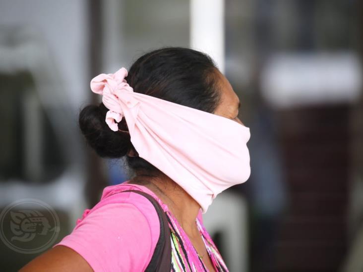 Ante desabasto, ciudadanos improvisan para cubrirse la boca