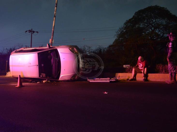 Registran volcadura en carretera federal Veracruz-Xalapa; deja una persona lesionada