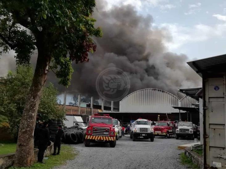 Se registra fuerte incendio en bodega de llantas en Huiloapan