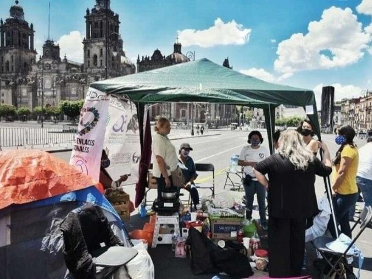 Familiares de víctimas de feminicidios instalan plantón en Palacio Nacional