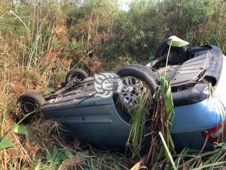 Automóvil terminó volcado a un lado de carretera Las Matas